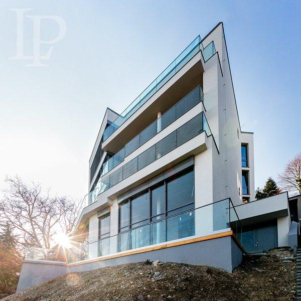 Luxusní prosklený byt 327m2, 7kk s výhledem na město, terasy 43m2, zahrada