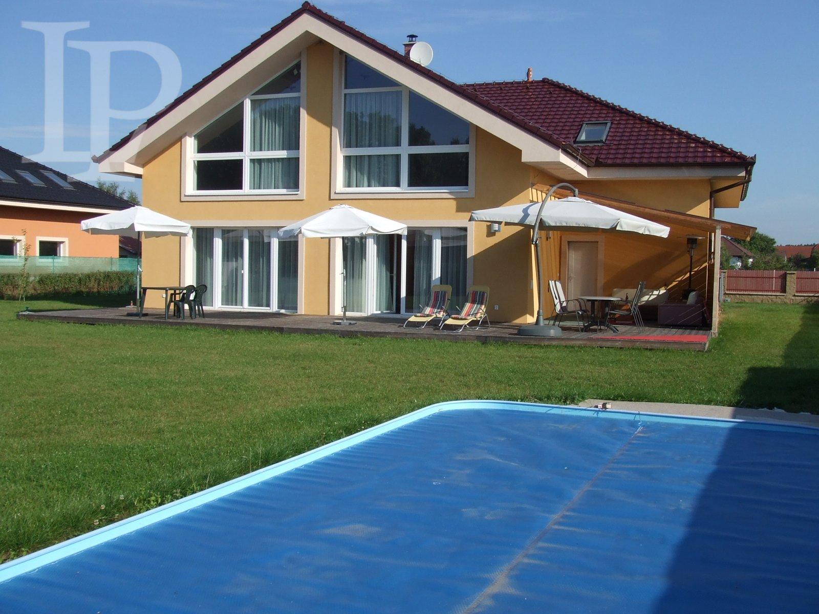 Luxusní vila s bazénem v Loučeni