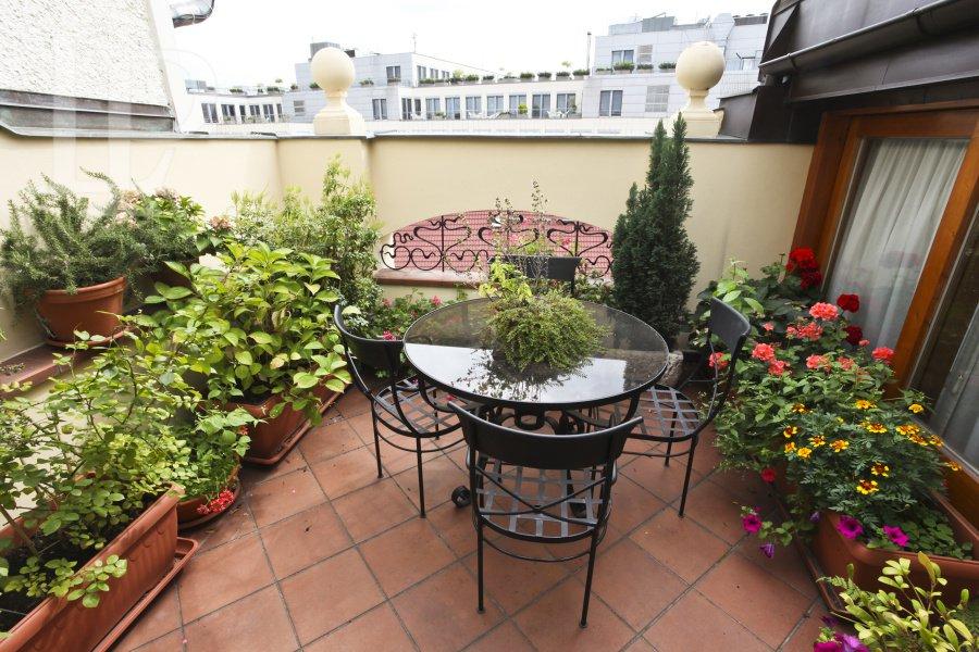 Pronájem luxusního zařízeného  3+kk s terasou v centru Prahy
