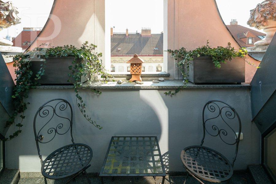 Pronájem luxusního atypického mezonetového bytu 2+1 s terasou u nám. Míru