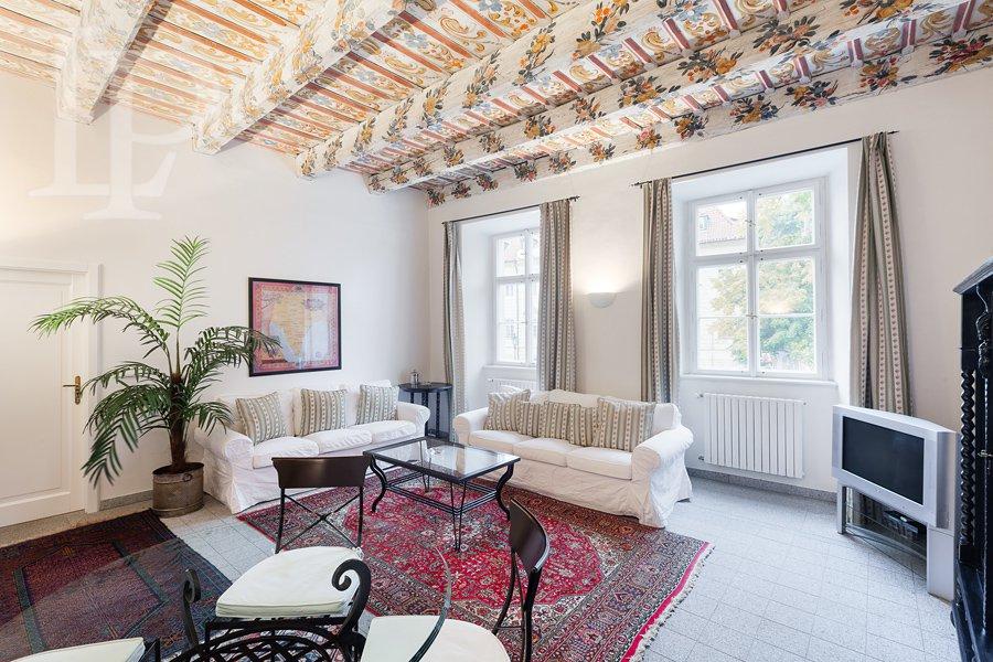 Vyjimečný historický zařízený byt  3+1 v srdci Kampy s jedinečnou atmosférou.