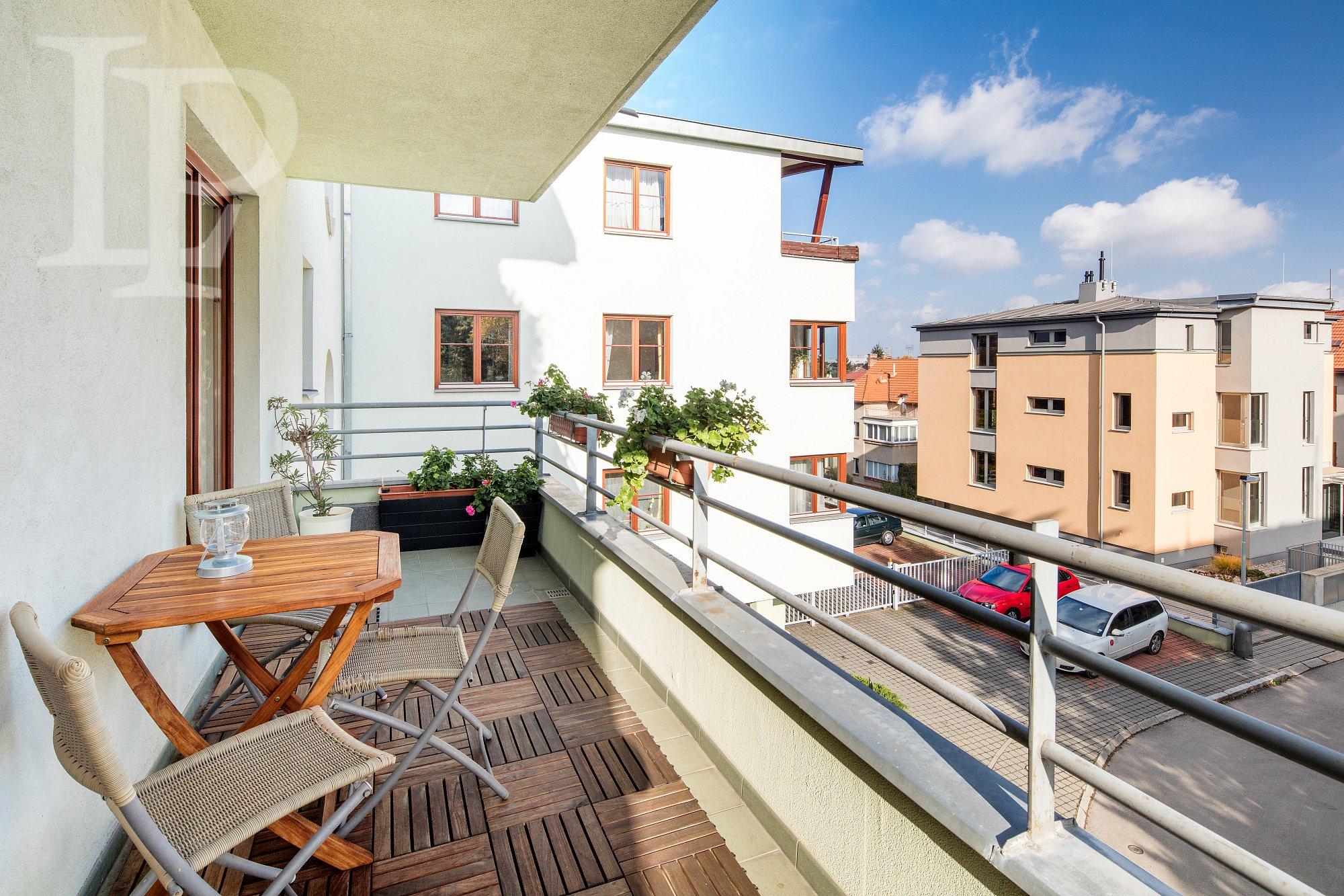 Krásný slunný byt  4+1, 135 m2 s balkonem, garáž.stáním,u parku, Kavčí hory