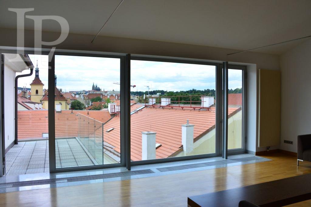 Nadstandartní apartmán 2+kk s výhledem na Pražský hrad, Praha 1