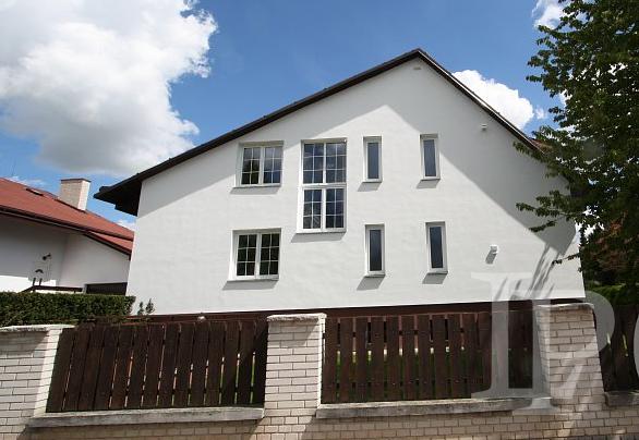 Pronájem prostorné rodinné vily 6+1 v centru Průhonic, Praha - západ