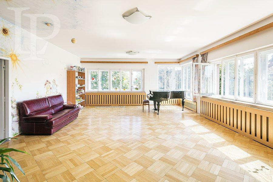Prvorepubliková vila ke komerčnímu využití s výhledem na Pražský hrad, Praha 6